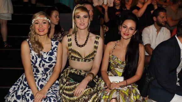Da wollte die Front Row nicht zurückstehen: Moderatorin Ruth Moschner und die Burlesque-Sängerinnen Roxy Diamond und Marla Blumenblatt (v.l.).