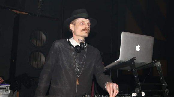 ... stand Designer Patrick Mohr für K1X im Konzulát hinter den Turntables.