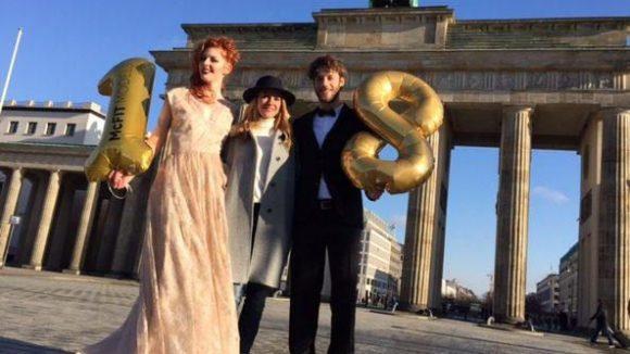 Anja Tillack (Mitte) und ihre Models haben sich schon auf die Fashion Week eingestimmt - unter anderem mit einem Shooting vor dem Brandenburger Tor.