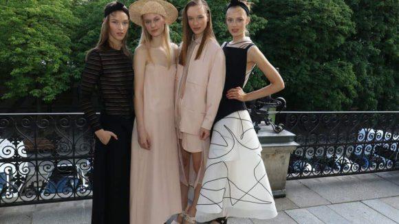 Hier noch mal die vier Models auf der Terrasse.