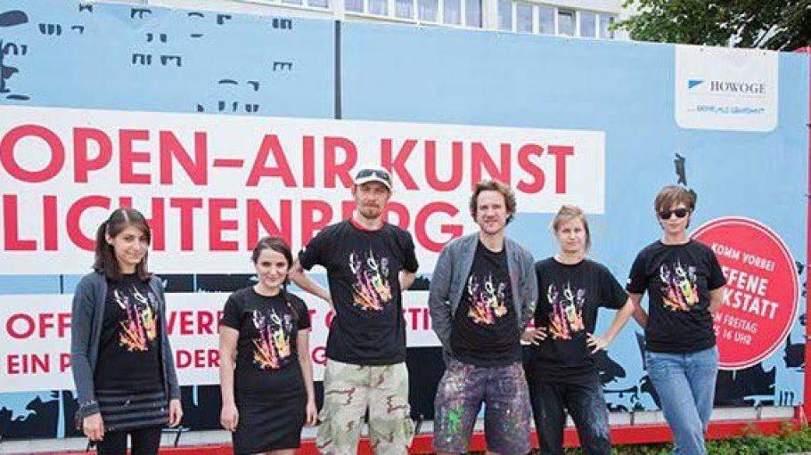 Anlässlich der Entstehung eines riesigen Open-Air-Kunstwerks des Künstlers Christian Awe organisieren die HOWOGE und der Bezirk Lichtenberg heute ein großes Fassadenfest.