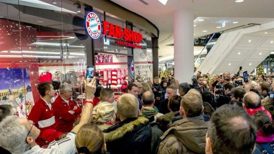 Zur Eröffnung des neuen FC Bayern Fanshops in der LP12 Mall of Berlin kamen viele Fans.