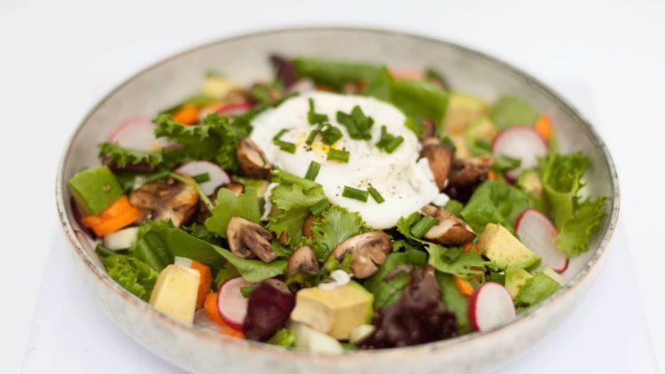 Den Salat mit Avocado, Champignons, Radieschen und Möhrchen gibt es im Lunch-Restaurant Fechtner.