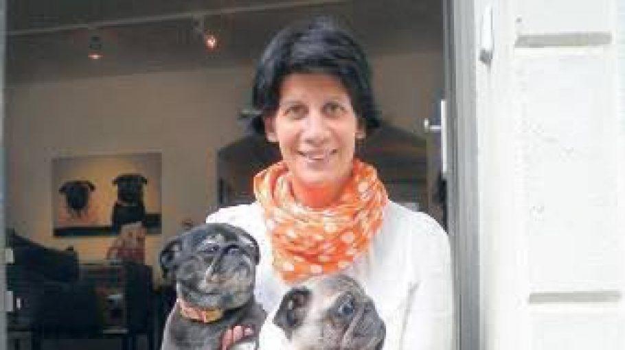 """Anahita Nejad, Inhaberin von """"Feinspitz"""" mit ihren beiden Mopsdamen"""