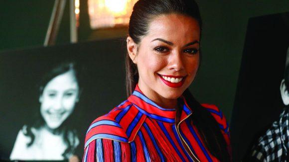 Fernanda Brandao bei der Ausstellung 'Die Kunst des Kinderlächelns'.