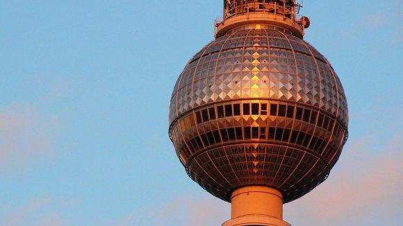 """Nicht alle Berliner nennen den Fernsehturm am Alex Tele-Spargel. Manch einer sagt auch einfach nur """"Fernsehturm""""."""
