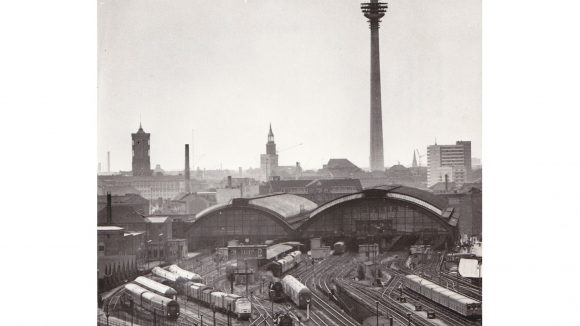 Der (unfertige) Fernsehturm vom Ostbahnhof aus gesehen.