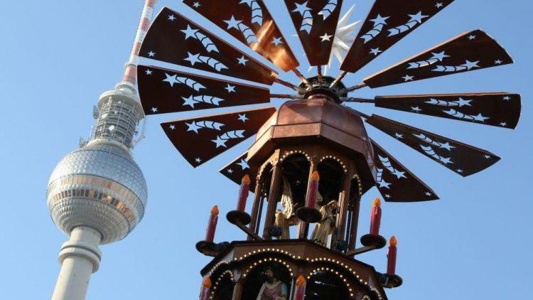 Top-Kulisse: Der Fernsehturm wacht über den Weihnachtsplatz.