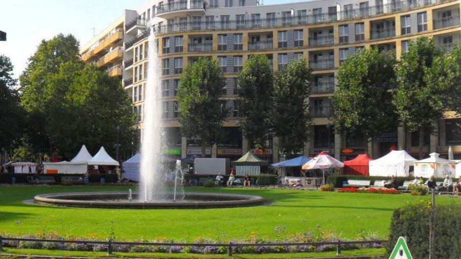 Am Prager Platz in Wilmersdorf findet in jedem Sommer das Fest der Nationen statt. Und auch sonst lässt sich über die Anlage eine Menge berichten ...