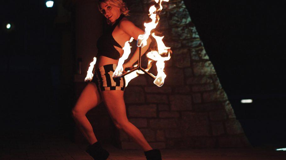 Heute wird es garantiert heiß! Feuerkünstler, Pantomime und außergewöhnliche Künstler erobern das Ritter Butzke und bieten dir einen Mix aus Zirkus- und Clubnacht!