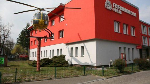 """Das Berliner Feuerwehrmuseum: Am Eingang begrüßt der Rettungshubschrauber """"Christoph 31"""" die Besucher. Er war der erste in Berlin eingesetzte Rettungshubschrauber."""