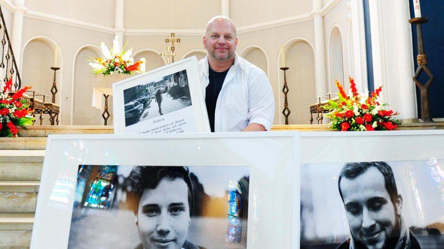 """Öffnet Türen. Bruder Franziskus mit Bildern der Ausstellung """"Max ist Marie"""", in der es um Menschen geht, die ihr Geschlecht gewechselt haben."""