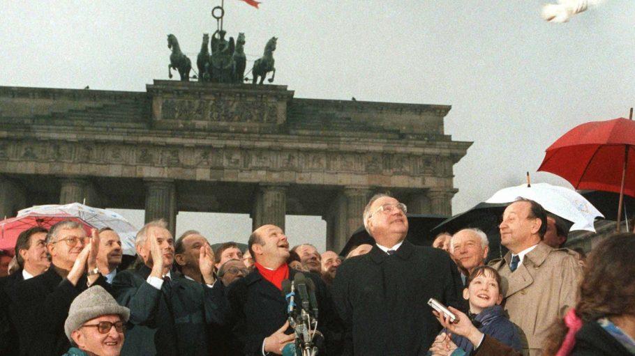 Politische prominenz und eine Friedenstaube, die zur Grenzöffnung am Brandenburger Tor fliegt: DDR-Ministerpräsident Hans Modrow (2.v.l.), Berlins Bürgermeister Walter Momper (Mitte), Bundeskanzler Helmut Kohl (3.v.l.), Altbundespräsident Walter Scheel (2.v.r.) und Bundesaußenminister Hans-Dietrich Genscher (1.v.r.)
