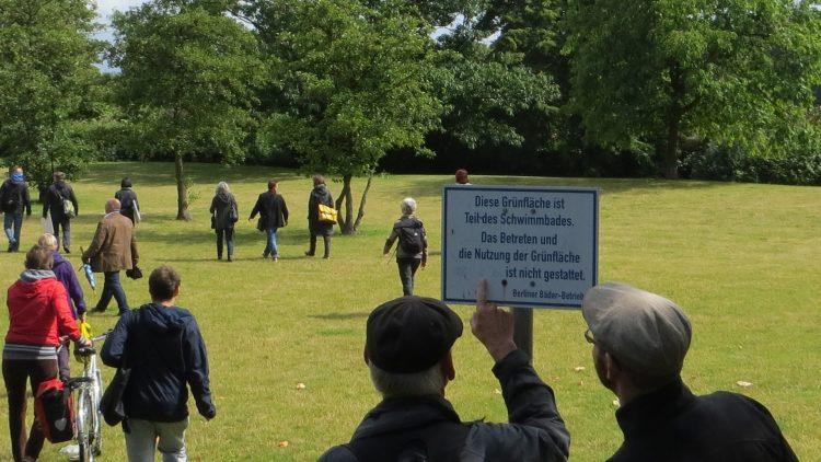 Neue Wege gehen: Das Betreten der Rasenflächen am Stadtbad Tempelhof ist eigentlich untersagt. Auch so eine Sache, die man im Kiez verändern könnte.