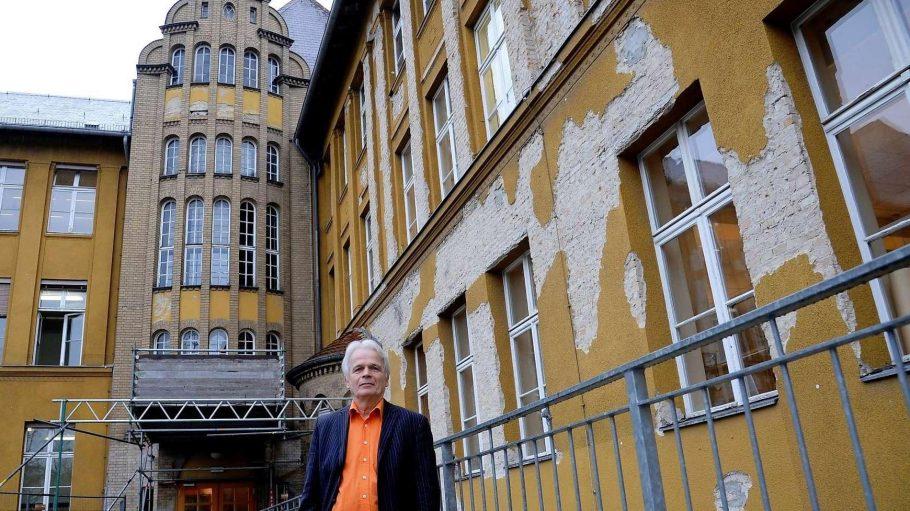 """Rainer Leppin, der scheidende Direktor des Fichtenberg-Gymnasiums, sah erst """"Licht im Tunnel"""", aber nun wird die Schule noch viel länger eine Dauerbaustelle bleiben."""
