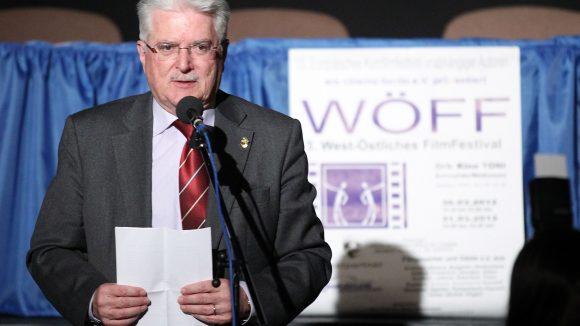 """Georges Fondeur, Präsident der UNICA (Union International de Cinema) bei der Eröffnungsveranstaltung 2012, damals noch unter dem Namen """"West-Östliches Filmfestival""""."""