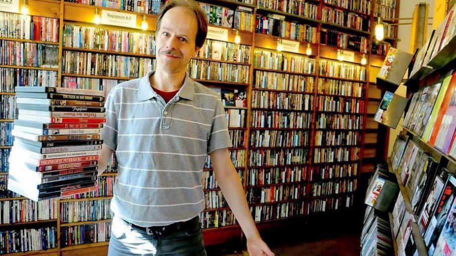 Einfach reinschauen. Silvio Neubauer verleiht Filme noch ganz klassisch: mit Fachpersonal und ohne Süßigkeiten an der Kasse.