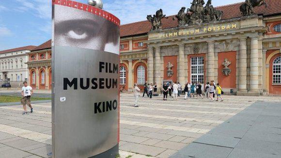 Das Filmmuseum ist im historischen Marstall untergebracht - farblich ähnelt es dem nahen neuen Landtag.