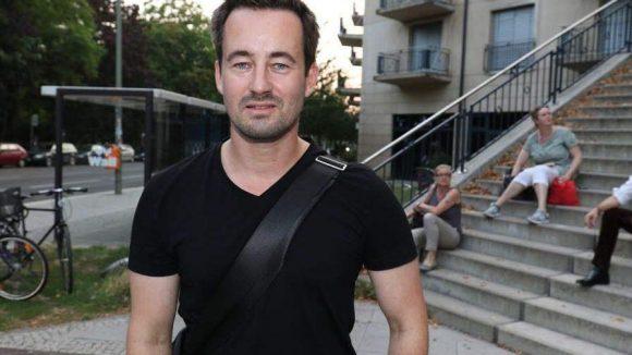"""Christian Schwochow ganz lässig mit Shirt und Umhängetasche. Der Regisseur und Drehbuchautor erhielt vor zwei Jahren den Grimme-Preis für den Fernsehfilm """"Der Turm""""."""