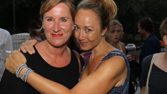 Sie kamen nur zum Gucken: Journalistin Milena Fessmann wird hier von Fernsehmoderatorin Petra Gute umarmt.