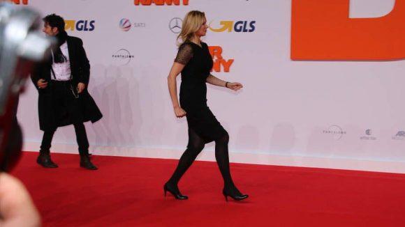 Veronica Ferres spielt auch mit, hatte es auf dem roten Teppich aber sehr eilig.