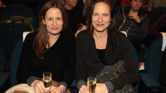 Anja Lechner (r.) spielt im Film Cello. Zur Premiere kam sie mit ihrer Schwester, Schauspielerin Geno.