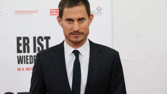 Schauspieler Clemens Schick spielte schon in James Bond 007 - Casino Royale mit! Hier hat er sich für den roten Teppich herausgeputzt.