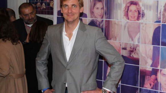 Ihm haben die Herrschaften das ganze Drama zu verdanken: Regisseur Lars Kraume. Der zeichnet sich übrigens für etliche Tatort-Filme verantwortlich und hat schon zwei Grimme-Preise gewonnen.