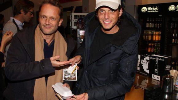 """Normalerweise ist er als Modeblogger (""""Dandy Diary"""") unterwegs, außerdem kennt man ihn als den Ex-Freund von It-Girl Bonnie Strange. An diesem Abend gönnte sich Carl Jakob Haupt (rechts) mit seinem Kumpel entspannt einen Kinofilm. Zu seiner Linken: Unternehmer Rafael Horzon."""