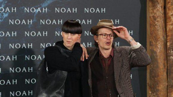 """Modemacherin Esther Perbandt kam ganz in schwarz, Theater- und Filmschauspieler Alexander Scheer (""""Carlos - Der Schakal"""") lehnte sich bei seiner Hutwahl wohl an Johnny Depp an."""