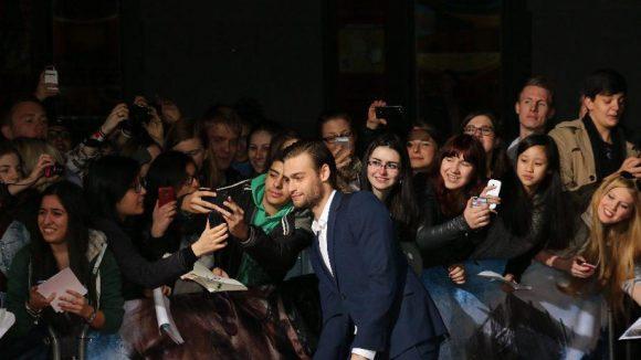 """Douglas Booth beim 'Selfie' mit Fans. Auch er wirkt in """"Noah"""" mit."""