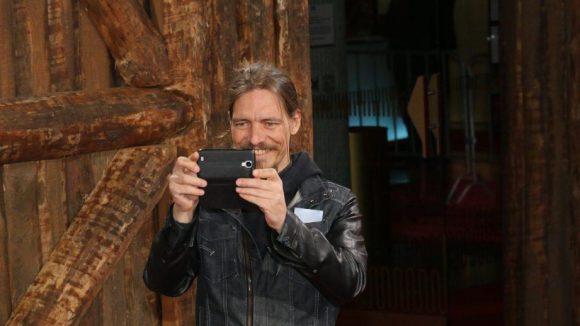 """... ihr Freund Leonard Andreae filmte in der Zwischenzeit die Fotografen - """"für ein Kunstprojekt""""."""