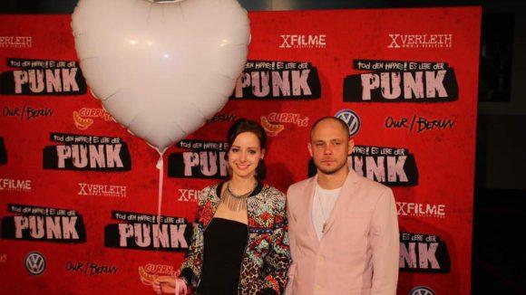 """Einen Love&Peace-Ballon brachten Amelie Plaas-Link (""""Alles nach Plan"""") und Antonio Wannek (""""Unsere Mütter, unsere Väter"""") mit."""