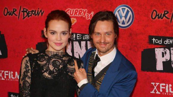 Emilia Schüle und Tom Schilling gehören zum Cast von Tod den Hippies - Es lebe der Punk! Der Film mit dem selbst erklärenden Titel feierte im Colosseum in Prenzlauer Berg Premiere.