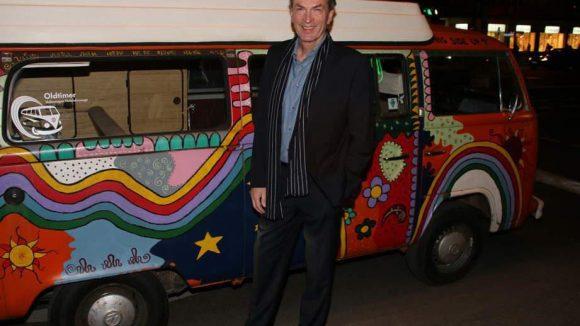 Ein weiterer Gast kam im Hippie-Bully: Schauspieler Herbert Knaup.