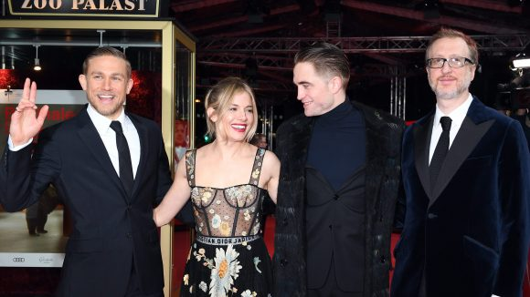 Die Schauspieler Robert Pattinson (2.v.r.), Sienna Miller, Charlie Hunnam (l) und Regisseur James Gray am 14. Februar im Zoo Palast bei der Premiere ihres Films The Lost City of Z.