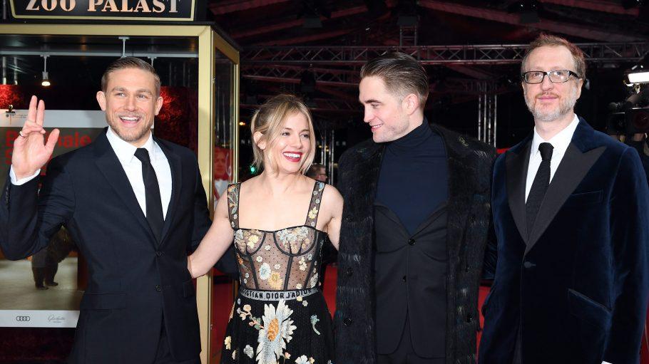 Die Schauspieler Robert Pattinson (2.v.r.), Sienna Miller, Charlie Hunnam (l) und Regisseur James Gray am 14. Februar im Zoo Palast bei der Premiere ihres Films The Lost City of Z.