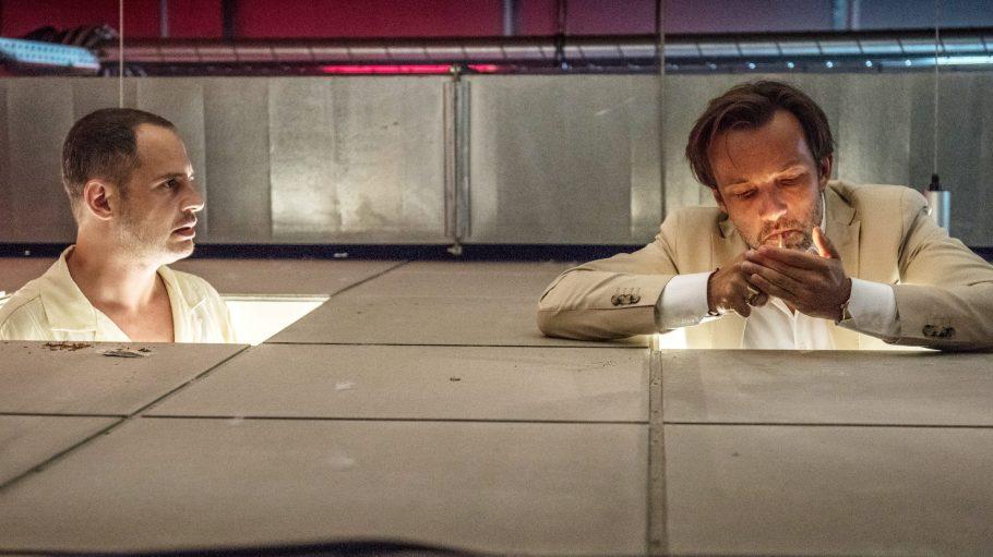 Kai (Moritz Bleibtreu) und Stefan (Lucas Gregorowicz) finden in Lommbock immer Zeit für einen gemeinsamen Joint – auch am Flughafenklo in Dubai.