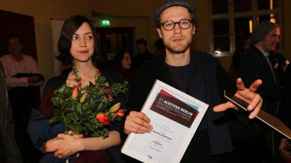 """Der Preis für den besten Kurzfilm ging an Robert Gwsidek, Regisseur von """"Circuit"""". Neben ihm: Schauspielerin Leni Wesselman ."""