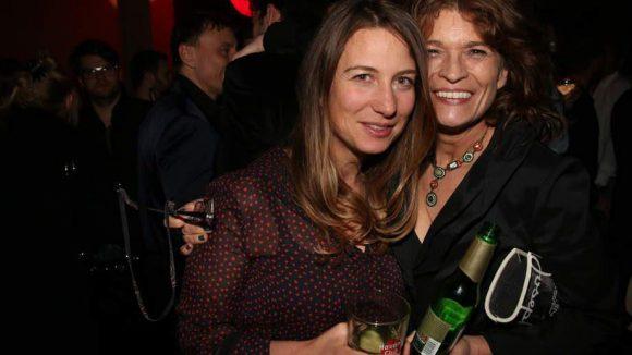 """Die Schauspielagentur Fink feierte in Kreuzberg zehnjährigen Geburtstag. Da darf man schon mal anstoßen: Chefin Cordula Fink (l.) mit Schauspielerin Gabrielle Scharnitzky (""""Fragmente"""")."""