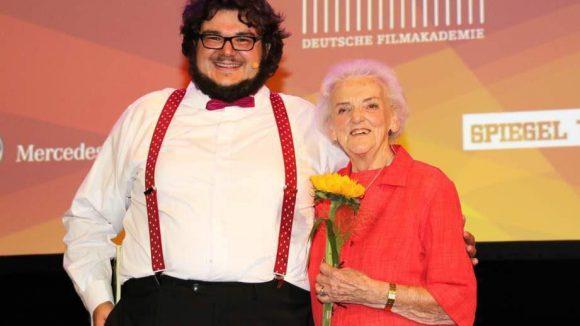 """Regisseur und Schauspieler Axel Ranisch (hier mit """"Film-Omi"""" Ruth Bickelhaupt) durfte moderieren. """"Mein Herz bubbert vor Freude und Stolz, vor Neugier und Nervosität"""", ließ er vorher verkünden."""