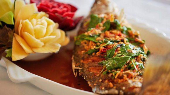 Köstliche Kunstwerke wie diesen Fisch kredenzt der neue, schicke Thailänder Kinnaree am Südstern.