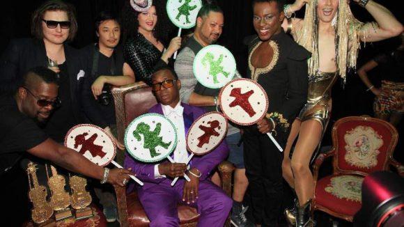 Die Jury des Five Element Balls. Zentral im violetten Anzug: Szenestar Archie Burnett aus New York.