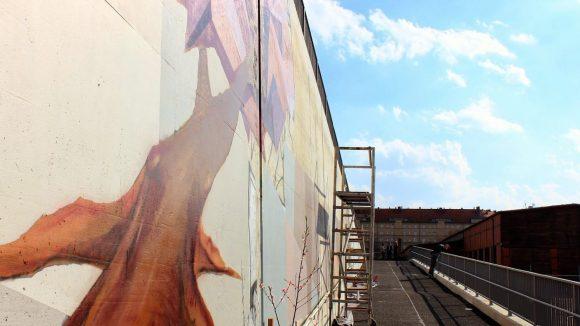 Die Rampe wird mit Graffiti verziert.
