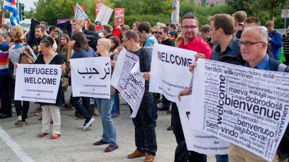 Eine Seite von Hellersdorf: Teilnehmer einer Protestkundgebung am 21. August mit Plakaten gegen eine Kundgebung der Bürgerbewegung pro Deutschland.
