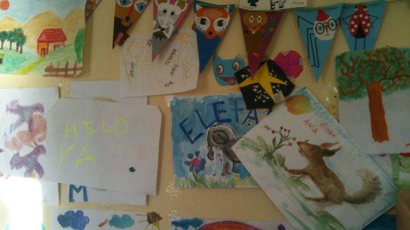 Die Wände im Kinderzimmer der Flüchtlingsunterkunft im Rathaus Wilmersdorf sehen wie in jeder anderen Kita aus. Fast.