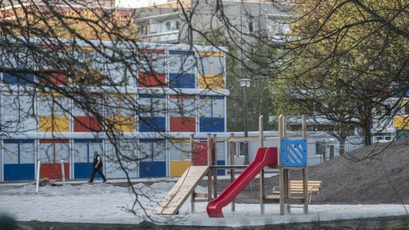 An dem Containerdorf in Buch wird noch bis kurz vor dem Einzug der neuen Bewohner gebaut. Von außen ist es bunt, innen eher karg.