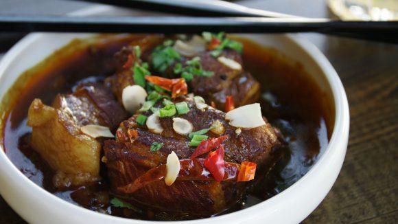 """Traditionell chinesisches """"Tapa"""": Pork Belly, marinierter und geschmorter Schweinebauch."""