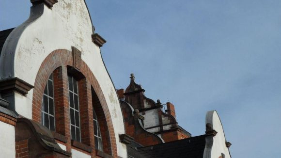 Backstein und Schnörkel: dieser Stil zieht sich durch einen Großteil der Gebäude im Fliegerviertel, die vornehmlich nach dem Ersten Weltkreg entstanden sind.