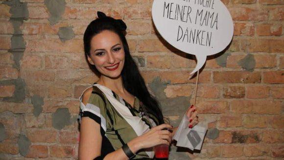 Marla Blumenblatt mischt als Sängerin Schlager mit Rockabilly. Sie weiß aber auch, was auf keiner Preisverleihung fehlen darf: Der Dank an Mutti.